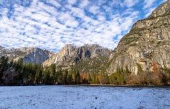 Долина Yosemite с верхним Yosemite Falls во время зимы - национальным парком Yosemite, Калифорнией, США Стоковое Изображение RF