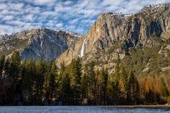 Долина Yosemite с верхним Yosemite Falls во время зимы - национальным парком Yosemite, Калифорнией, США Стоковое Изображение