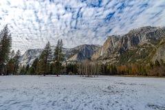 Долина Yosemite с верхним Yosemite Falls во время зимы - национальным парком Yosemite, Калифорнией, США Стоковое Фото