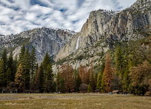 Долина Yosemite с верхним Yosemite Falls во время зимы - национальным парком Yosemite, Калифорнией, США Стоковая Фотография