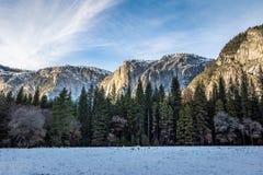 Долина Yosemite с верхним Yosemite Falls во время зимы - национальным парком Yosemite, Калифорнией, США Стоковые Изображения