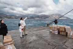 До свидания для родителей идя к Пирею на борту парома в Pigadia, острове Karpathos стоковые изображения