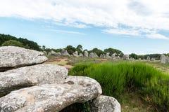 Дольмен и менгир в Carnac (Франция) Стоковые Изображения RF