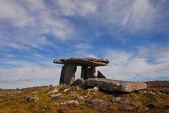 Дольмен Poulnabrone, портальная усыпальница в Burren в Ирландии Стоковая Фотография RF