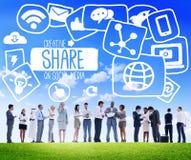 Доля деля концепцию загрузки социальной сети средств массовой информации онлайн стоковое изображение rf