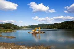 Драгируя озеро Стоковая Фотография