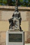 Драгоценная статуя предназначенная к Ла Catolica ферзя Изабеллы на пятом столетии ее смерти перед Archiepiscopal зданием стоковое изображение rf