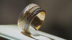 Драгоценные кольца с бриллиантом Точный роскошный дисплей окна украшений диаманта с педантом кольца Изолированное кольцо золота с Стоковые Фотографии RF
