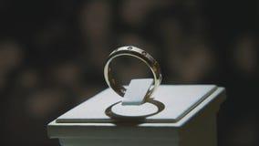 Драгоценные кольца с бриллиантом Точный роскошный дисплей окна украшений диаманта с педантом кольца Изолированное кольцо золота с Стоковые Изображения RF