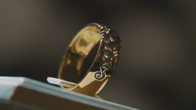 Драгоценные кольца с бриллиантом Точный роскошный дисплей окна украшений диаманта с педантом кольца Изолированное кольцо золота с Стоковое фото RF