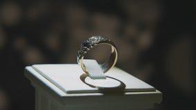 Драгоценные кольца с бриллиантом Точный роскошный дисплей окна украшений диаманта с педантом кольца Изолированное кольцо золота с Стоковое Фото
