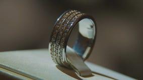 Драгоценные кольца с бриллиантом Точный роскошный дисплей окна украшений диаманта с педантом кольца Кольцо золота с гениальным Стоковое Изображение RF