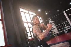 драка готовая к Мышечный человек в апперкоте тренировки одежды спорт в спортзале бокса Бокс спортсмена мужской с тенью стоковое фото