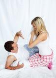 драка пар имея детенышей подушки стоковое изображение