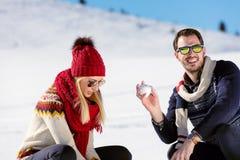 Драка Snowball Пары зимы имея потеху сыграть в снежке outdoors Молодые радостные счастливые мульти-расовые пары стоковые фото