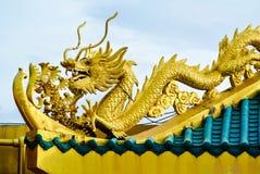 Драконы китайского стиля золотые на крыше Стоковое Фото