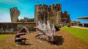 Дракон похороненный перед замком Caerphilly Стоковое фото RF