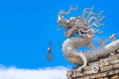Дракон сидя на крыше Стоковые Фото