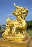 Дракон скульптуры золотой в запрещенном фиолетовом городе оттенок стоковое фото rf