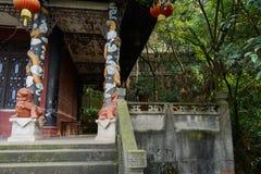 Дракон-украшенные столбцы с в форме льв постаментами старого Китая Стоковая Фотография