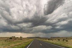 Драматическая гроза над дорогой около запаса Black Mesa на границе Оклахомы и Неш-Мексико стоковые изображения rf