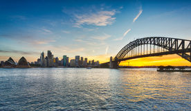 Драматическая панорамная гавань Сиднея фото захода солнца стоковые изображения