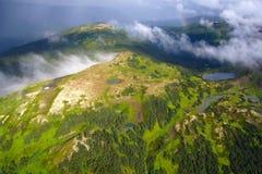 Драматическая погода на полете над высокогорными лугами, ряде Nass гор побережья, северной Британской Колумбии Стоковые Изображения RF