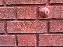 Драматическая предпосылка стены плитки красного кирпича с печатью руки Стоковое Изображение RF
