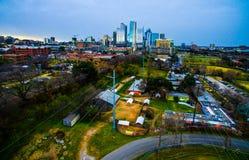 Драматическая промышленная антенна над западными столицами Остина Техаса стоковые фото