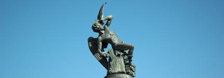 Драматическая скульптура ангела с bakground голубого неба. Стоковые Фото