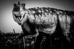Драматическая скульптура динозавра в черно-белом Стоковая Фотография RF