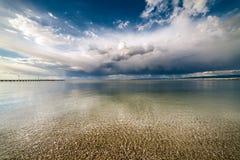 Драматические голубое небо и облака над океаном стоковая фотография