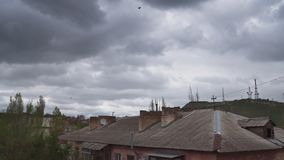 Драматические грозовые облака в небе над крышей старого большого дома акции видеоматериалы