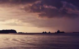 Драматические грузовие корабли захода солнца и в предпосылке в Marsaxlokk, Мальте, пестротканом заходе солнца, интересной предпос Стоковая Фотография