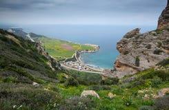 Драматические и красивые ландшафт и Seascape от вершины холма стоковая фотография