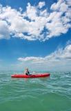 драматические небеса моря человека kayak под детенышами стоковые изображения rf