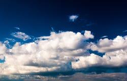 Драматические небо и облака на заходе солнца Стоковые Фото