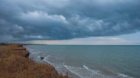 Драматические облака в море Азова перед штормом стоковое изображение rf