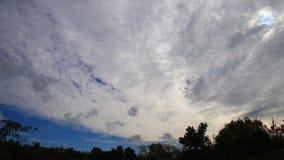 Драматические облака двигая в небо сток-видео