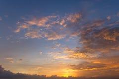 Драматические облака захода солнца над ландшафтом воды Стоковые Фотографии RF