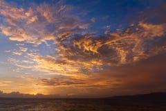 Драматические облака захода солнца над ландшафтом воды Стоковое Фото