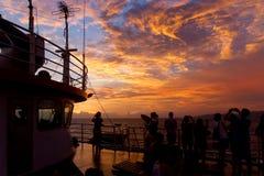 Драматические облака захода солнца над ландшафтом воды Стоковое Изображение RF