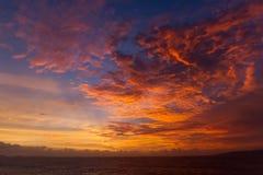 Драматические облака захода солнца над ландшафтом воды Стоковая Фотография