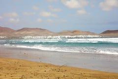 Драматические облака и бурное море на побережье Атлантического океана Caleta de Famara, острова Лансароте, Испании стоковое фото rf