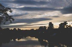 Драматические облака на сумраке в середине городка Стоковое Изображение