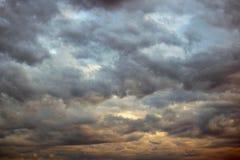 Драматические облака неба Атмосферические темные облака стоковые изображения rf