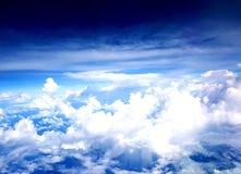 Драматические облака от самолета стоковые изображения rf