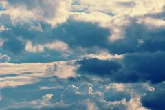 Драматические облака серые и голубые цвета и темные облака Стоковая Фотография RF