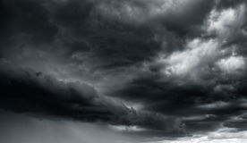Драматические облака грозы на темном небе Стоковые Фото