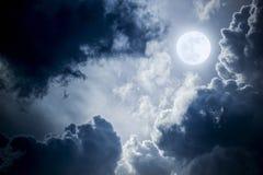 Драматические облака и небо Nighttime с красивой польностью голубой луной Стоковые Изображения RF